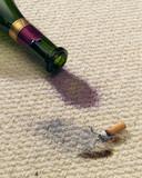 Brandloch und weinfleck auf teppich