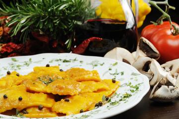 ravioli al tartufo nero con salsa di zucca rossa