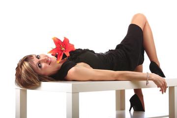 Jolie jeune femme allongée sur une table
