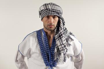 Мужчина в национальном восточном костюме