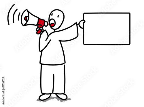Homme avec mégaphone tenant une pancarte