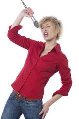 jeune femme faisant son show au micro