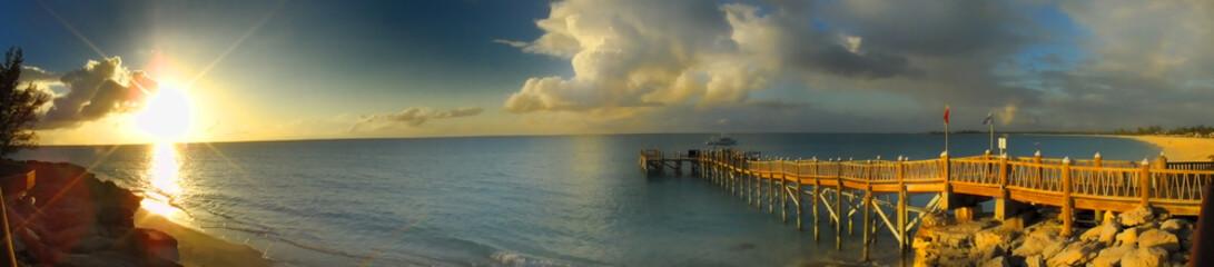 ponton se jetant dans la mer sous les tropiques