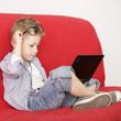 kleiner Mann online mit Brille