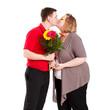 Päarchen beim Kuss mit Blumenstrauß