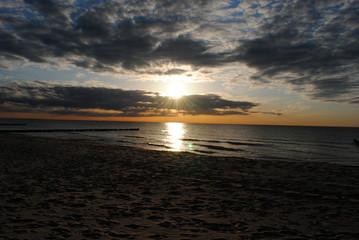 Lichtspiel bei Sonnenuntergang an der Ostsee
