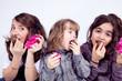 Trois enfant qui mange du chocolat de pâques