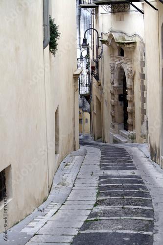 strada in discesa tra le vie di Modica antica © Lifeinapixel