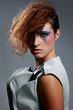 Frau im futuristischen Look posiert