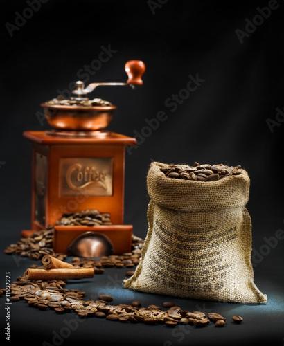 ciemna-kompozycja-mlynka-do-kawy-i-torebki