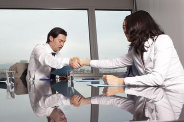 Händedruck zwischen zwei Geschäftsleuten