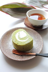 抹茶のロールケーキとお茶