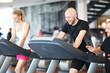 Mann und Frau im Fitness