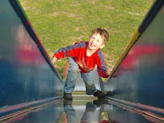 Frecher Junge auf Rutsche