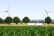 LKW in Landschaft mit Windrädern