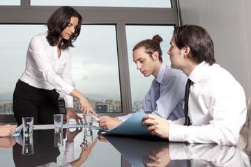 Geschäftakten durchgehen im Konferenzraum