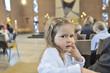 Kleines Mädchen in der Kirche