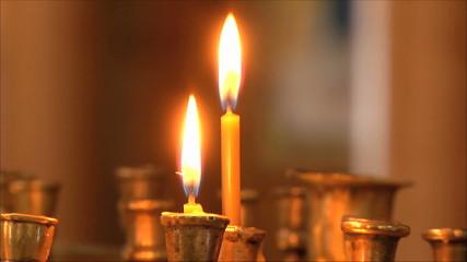 свечи в церкви, размытый фон