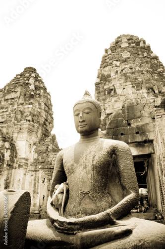 Naklejka Tajski starożytnych pozostałości posągu Buddy w świątyni Tajlandii