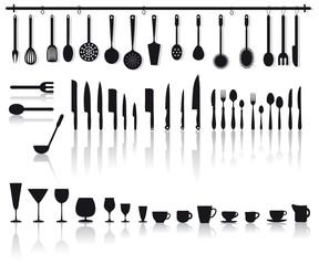 set di posate, coltelli, bicchieri e altri attrezzi da cucina