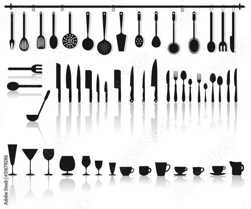 Set di posate coltelli bicchieri e altri attrezzi da for Attrezzi da cucina in silicone