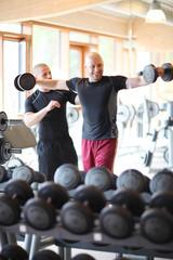 Mann im Fitness