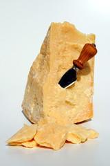 formaggio parmigiano italiano con coltello