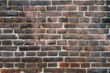 Rugueux mur âgé de briques flammées