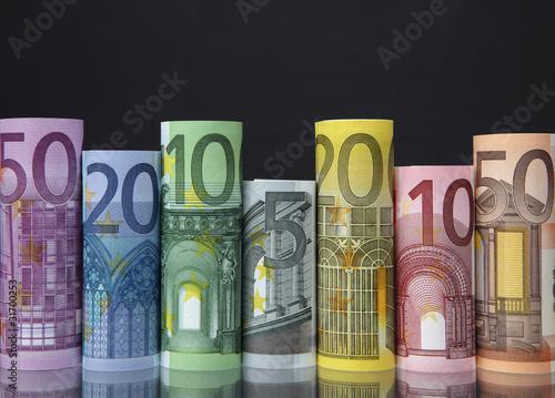 Geldscheinrollen vor dunklem Hintergrund