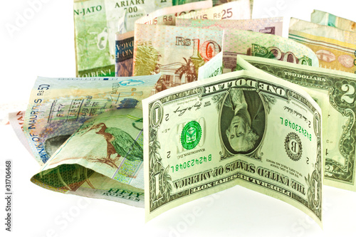 monnaies étrangères : roupies, dollars et ariarys