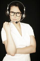 Frau mit Kopfhörer und Stift in der Hand