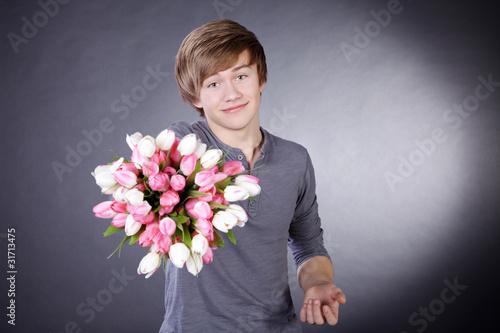 Junger Mann schenkt Blumen