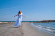 jeune femme heureuse à la plage