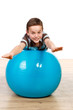 junge hält gleichgewicht auf dem gymnastikball