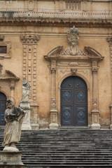 facciata e portone della chiesa barocca di San Pietro a Modica