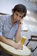 jeune, homme, bar, bière, téléphone, rendez-vous, seul, mâle