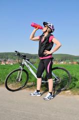 Radfahrerin trinkt und macht eine Pause