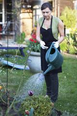 Frau bei Gartenarbeit