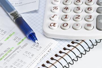 Calculadora doméstica y cuenta de la compra