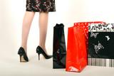 Jambes de femme talons aiguille et sachets boutique poster