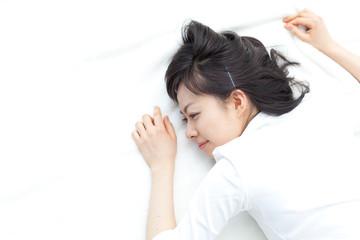 ベッドでくつろぐ女性