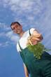 Bio-Bauer bietet Karotten an