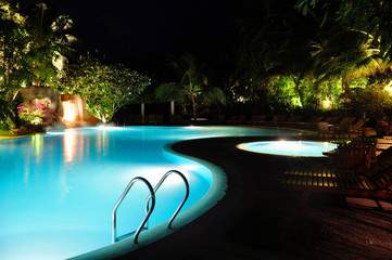 Malediven - Swimming Pool bei Nacht