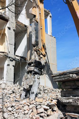 Abrisshaus & Baggerschaufel hochkant