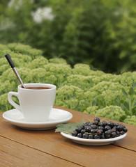 Чашечка кофе  ягоды в саду
