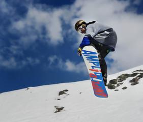 homme faisant du surf des neige