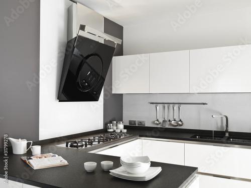 Cucina moderna laccata bianca con stoviglie sul top di for Abbonamento a cucina moderna