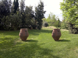 Prato con anfore-lawn with amphorae