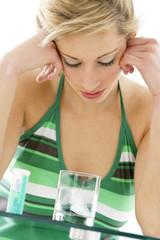 Migraine, prise d'un comprimé effervescent