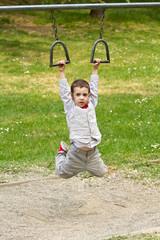 bambino che fa ginnastica